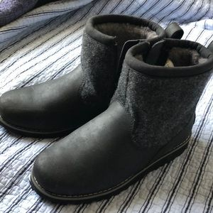 UGG S/N1007810K boots for boy size3